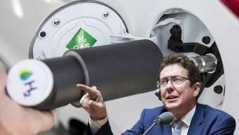 Die erste öffentliche Wasserstoff-Tankstelle der Schweiz wurde am 4. November 2016 in Hunzenschwil AG eröffnet. Dort tritt Albert Rösti am 1. Juni gemeinsam mit FDP-Chefin Bettina Gössi auf.