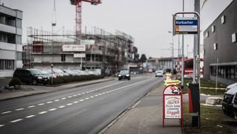 Die ungenügende Anbindung an den öffentlichen Verkehr (hier die Bushaltestelle Korbacher) und die zu intensive Bautätigkeit wurden in Hunzenschwil in einer Bürgerbefragung als negativ bewertet. Chris Iseli.