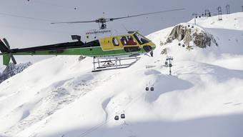 Auch per Helikopter suchen Einsatzkräfte nach weiteren Verschütteten in der Lawine bei Andermatt.