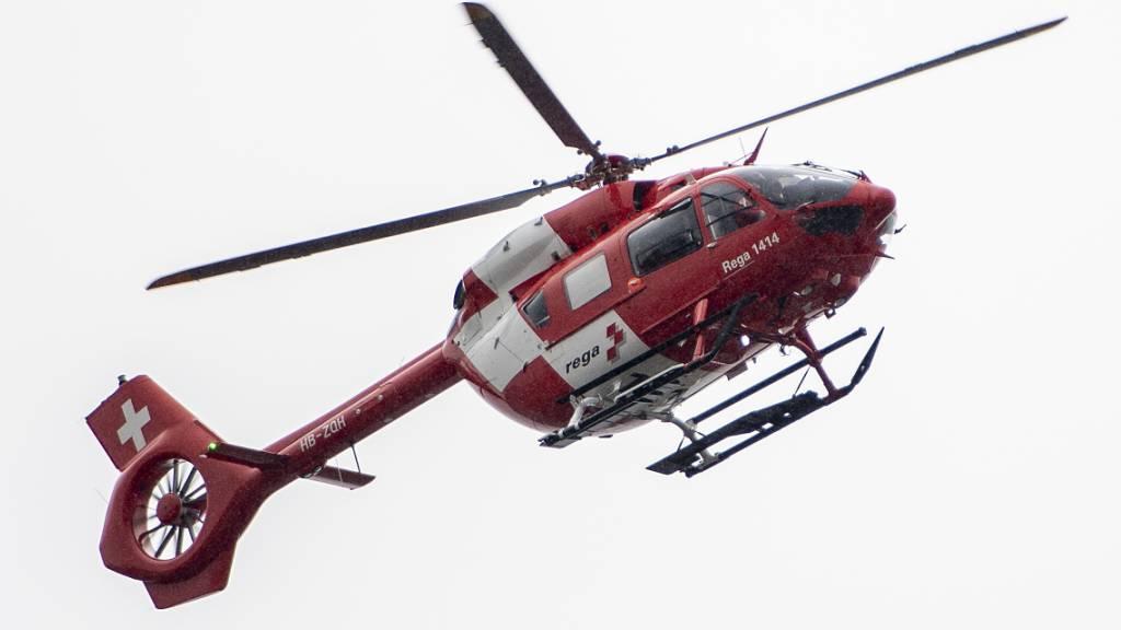 Ein 40-jähriger Dachdecker wurde nach einem Absturz in Giswil von der Rega ins Spital gebracht. (Symbolbild)