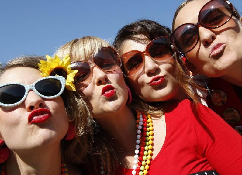 50 Jahre Hippie-Bewegung und die Schlagerparade Chur feiert mit. (Bild: Keystone/Arno Balzarini)