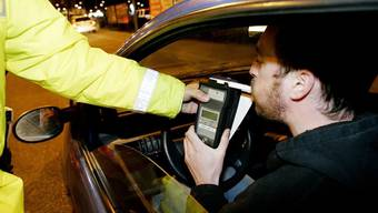 Der Lernfahrer hatte rund 0,5 Promille Alkohol im Blut, sein Beifahrer gar mehr als ein Promille. (Symbolbild)