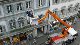 Hier wird die Weihnachtsbeleuchtung in der Stadt Baden aufgehängt