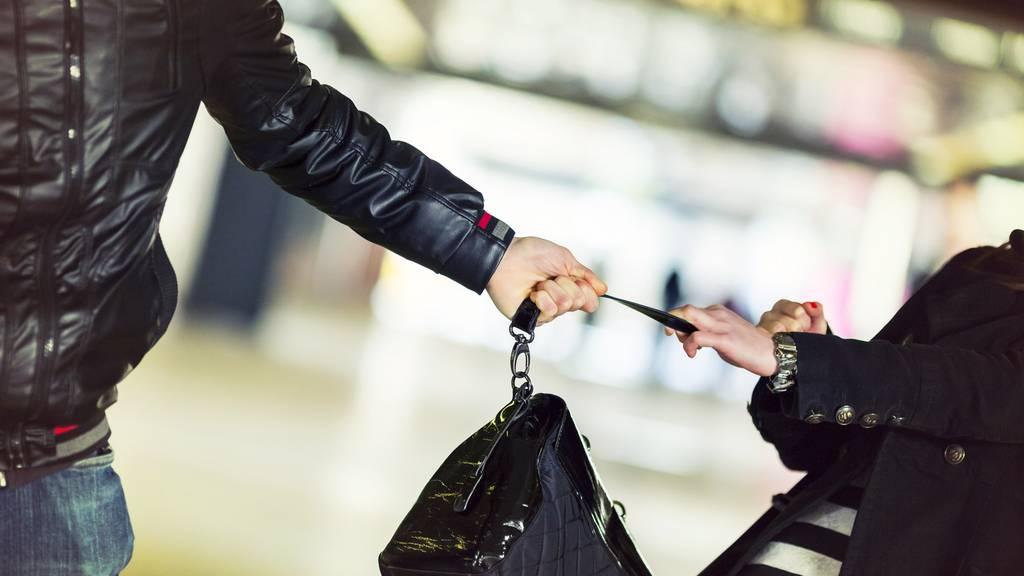 Polizei nimmt zwei 17-jährige Handtaschendiebe fest