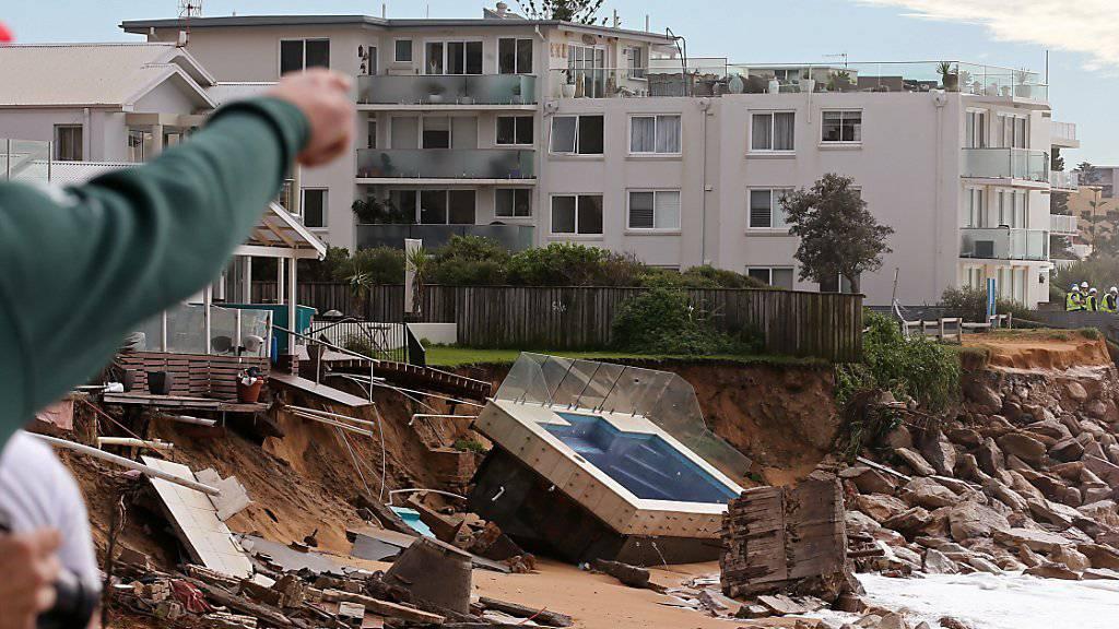 Die Unwetter peitschten vielerorts das Meer auf. Die Wellen unterspülten dieses Schwimmbad bei Collaroy in Sydney, das daraufhin auf den Strand stürzte.