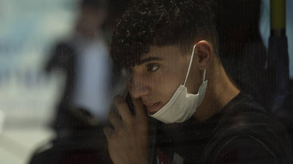 Die meisten neuen Corona-Fälle in Israel stehen nach offiziellen Angaben in Verbindung mit der Delta-Variante des Virus. Foto: Maya Alleruzzo/AP/dpa