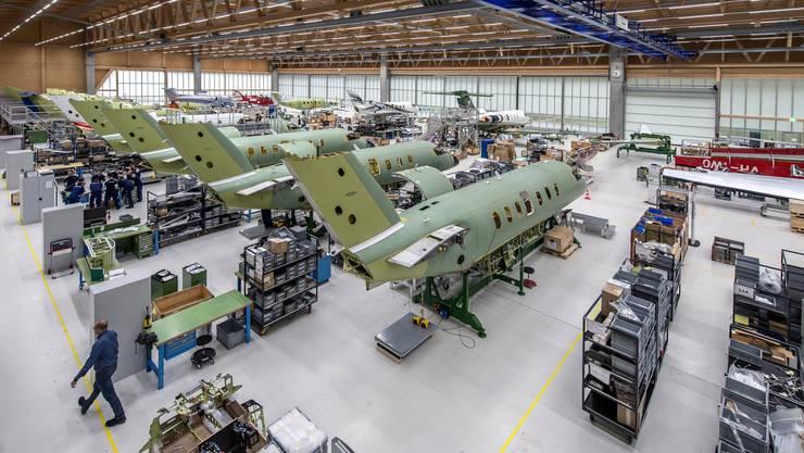 Blick in die Produktionshallen des PC-24 bei den Pilatusflugzeugwerken in Stans.
