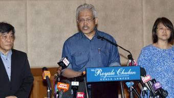 Malaysias Vize-Aussenminister Hamzah Zainuddin (M.) vor den Medien