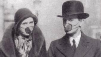 Anfänglich schützen sich die Leute mit Gesichtsmasken gegen die Spanische Grippe. Rosalia setzte auf Merlot und Fischsuppe.