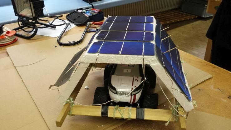 Die Photovoltaikanlage speist ihren Solarstrom ins Spielzeugauto.