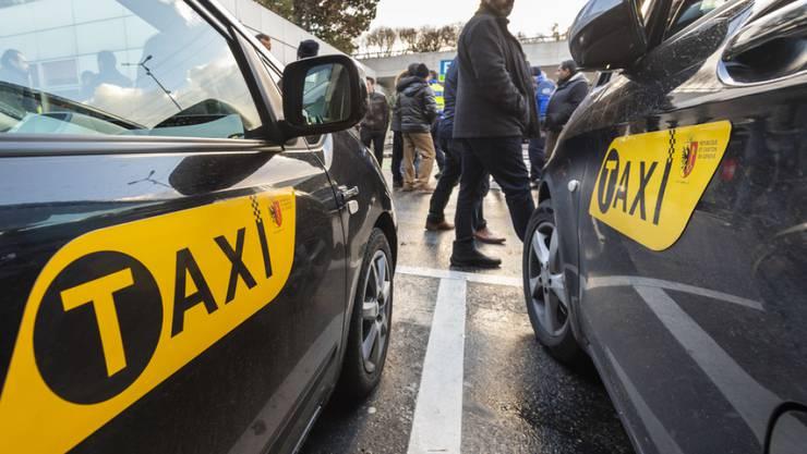 Aus Ärger gegen illegale Konkurrenz aus dem Ausland besetzten Taxifahrer die Standplätze am Flughafen Genf. Den Behörden warfen sie Nachlässigkeit vor.