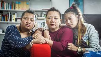 Mutter Tenzin Damdul Tsang (Mitte) hat eine Aufnahmebewilligung – ihre Töchter Tenzin Tsokyi (links) und Kunga Chime (rechts) hätten vergangenen Montag nach Italien ausreisen müssen.