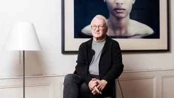 Hans Peter Hertig zu Hause in Bern. Das Porträt im Hintergrund, «L17» von Roland Fischer, zeigt die Tochter von Tom Bradley, dem ehemaligen Bürgermeister von Los Angeles. Severin Bigler