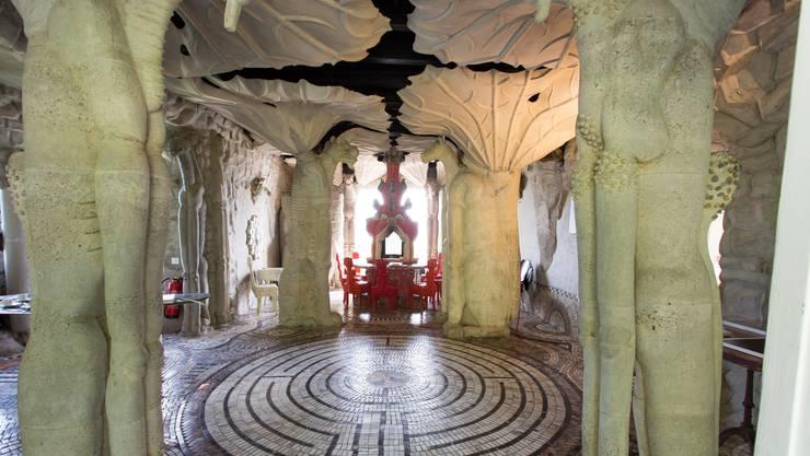 Vorhang auf für Bruno und Maria Anna Webers Atelier-Wohnhaus! Das Labyrinth-Mosaik stammt in Idee und Umsetzung von Maria Anna Weber.
