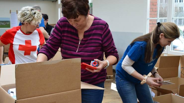 Wie in diesem Jahr, werden auch im Februar 2018 wieder Freiwillige im Freiamt die Pakete für die Bedürftigen im Kanton Aargau sortieren und verteilen.
