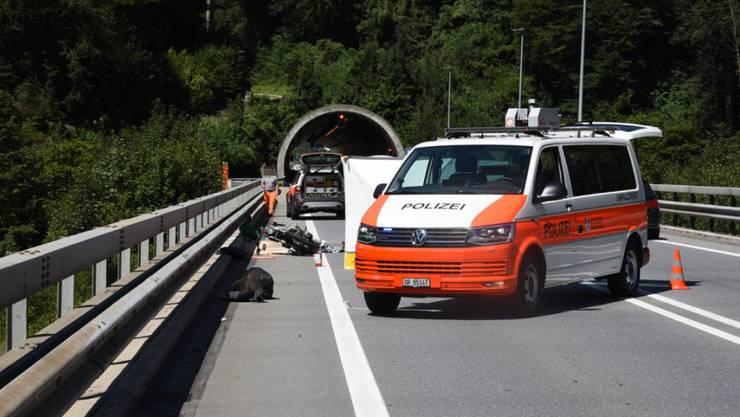 Bei einem schweren Verkehrsunfall im Bündnerland ist eine Soziusfahrerin verstorben. Der Motorradfahrer wurde schwer verletzt.