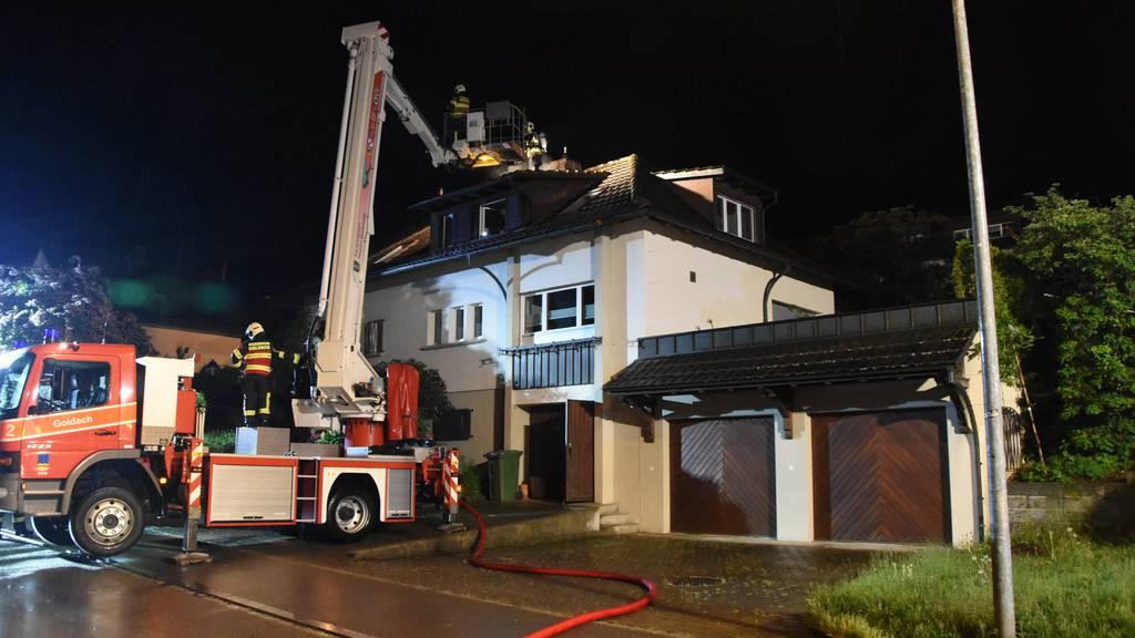 Dachstock brennt nach Blitzeinschlag – Haus unbewohnbar
