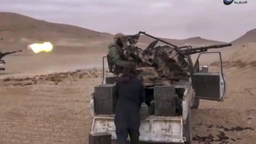 Das Bild des IS-Sprachrohrs Amak soll Kämpfer der Terrormiliz vor Palmyra zeigen: Bei der Eroberung der Wüstenstadt könnten Waffen in die Hände der Extremisten gefallen sein.