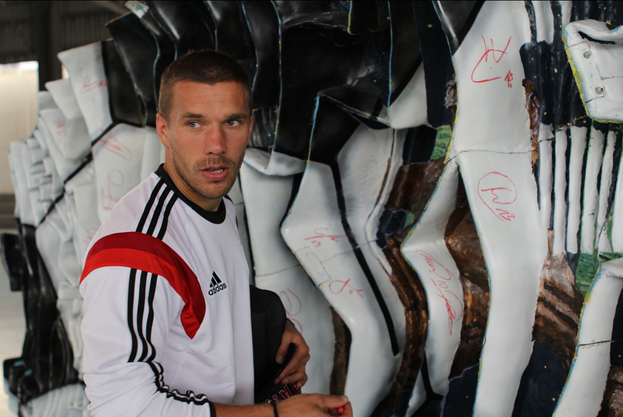 Lukas Podolski signiert «The Seeds of Victory»