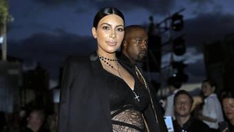 Kanye West (Hintergrund) sorgte dafür, dass Kim Kardashian an ihrem 35. Geburtstag nicht die Dickste war (Archiv).