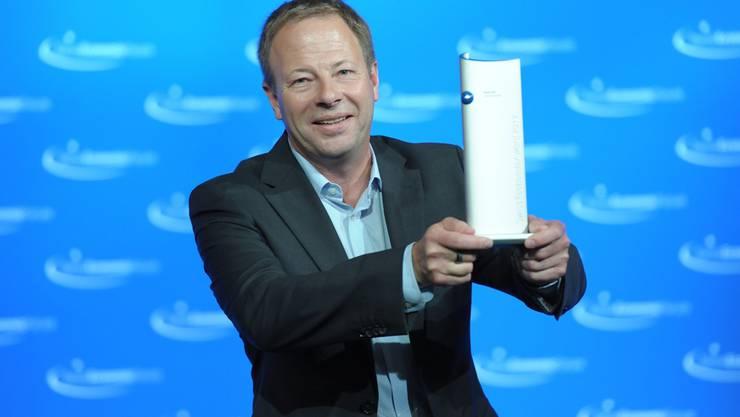 Johannes Schmid, Präsident von teseq, freut sich über den Award.