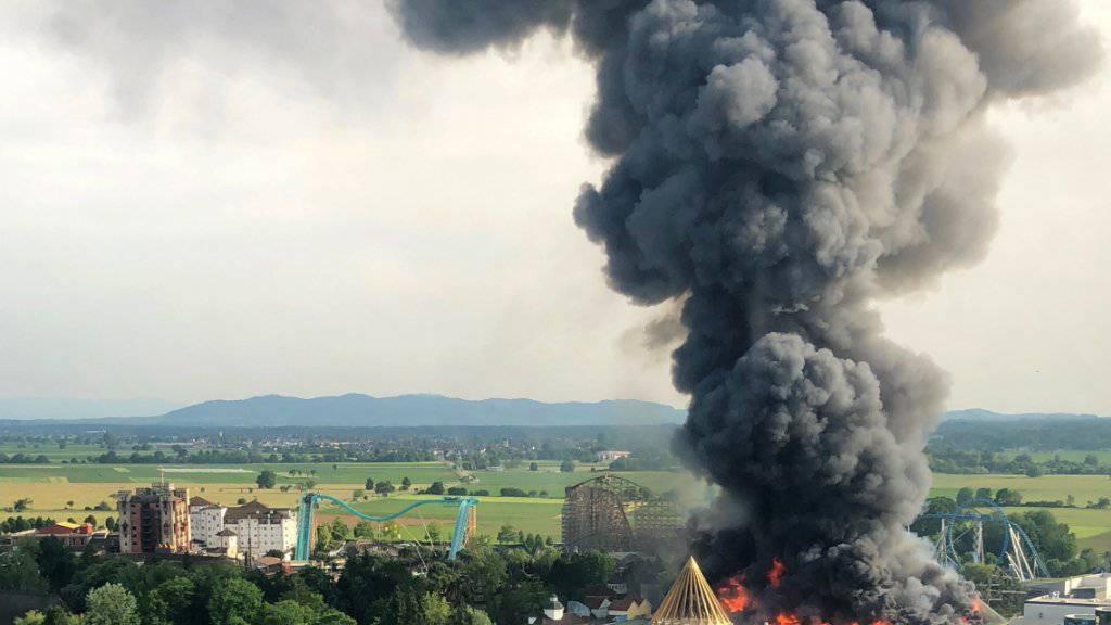 Die Ermittlungen zur Ursache des Grossbrandes im Europapark Rust sind eingestellt worden. Nach Einschätzung der Staatsanwaltschaft gibt es keine Hinweise auf Brandstiftung oder ein sorgfaltswidriges Handeln.