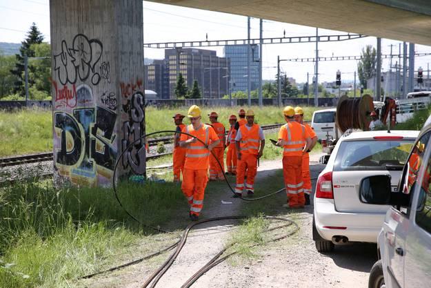 SBB-Arbeiter verlegen nach dem Brand neue Kabel in Zürich Oerlikon - die Auswirkungen des Brandes sind aber noch abends im Bahnverkehr spürbar.