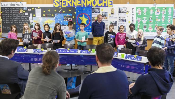 Die Schüler begrüssen Kurt Aeschbacher mit einem Lied