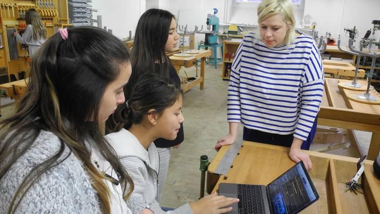 Nica Giuliani bespricht mit Schülerinnen deren Wasserwelt-Tonspur und sammelt mit ihnen zusammen neue Ideen.