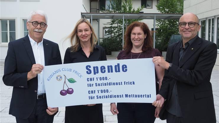 August Husner (links) und Wendel Hilti vom Kiwanis-Club Frick übergeben den Check über je 100 Franken an Daniela Birri (2.v.l.) und Nicole Schneider. zvg