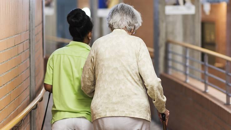 Pflegerin in einem Altersheim mit einer Bewohnerin. (Symbolbild)