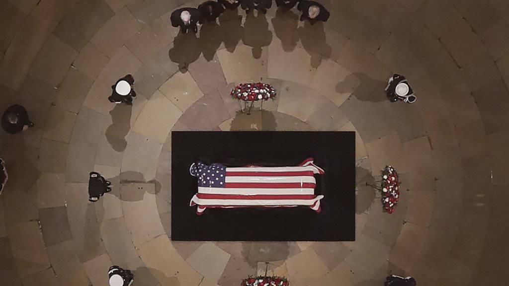 Bushs Leichnam im Kapitol aufgebahrt
