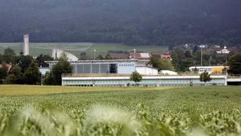 Im Bild sieht man das Werkhof-Feuerwehrgebäude und dahinter die Mehrzweckhalle von Lommiswil, dahinter kaum sichtbar das Schulhaus. Die Swisscom fragt die Gemeinde für einen Antennenstandort auf diesem Areal an.