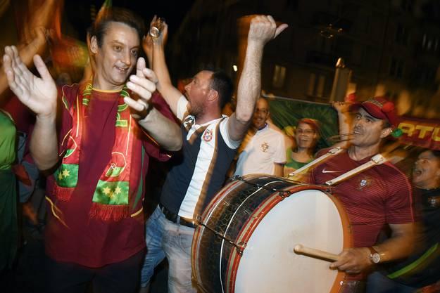 Mit Trommeln und Pauken heizen die Fans die Stimmung an.