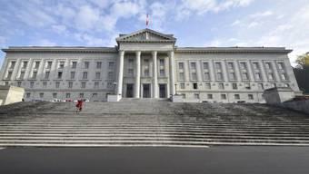 Trotz der Verurteilung zu einer Freiheitsstrafe von viereinhalb Jahren wird einem in der Schweiz geborenen Serben die Niederlassungsbewilligung nicht entzogen. Zu diesem Schluss kommt das Bundesgericht in einem Urteil. (Archivbild)