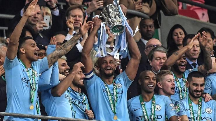 Die Spieler von Manchester City mit der Ligacup-Trophäe