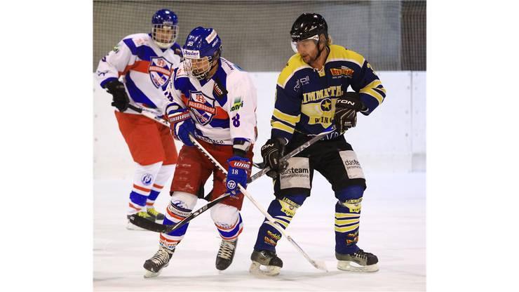 Wings-Stürmer  Cyril Hruby (rechts) im Duell mit Samuel Ehrat von Bassersdorf. Foto: Geisser