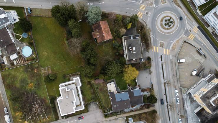 Auf dem Areal mit dem Pfarrhaus (braunes Giebeldach) und der grossen Wiese – nur einen Steinwurf vom Kreisel von Berg- und Zürcherstrasse entfernt – sollen rund 30 Alterswohnungen für grob geschätzte 12,5 Millionen Frank