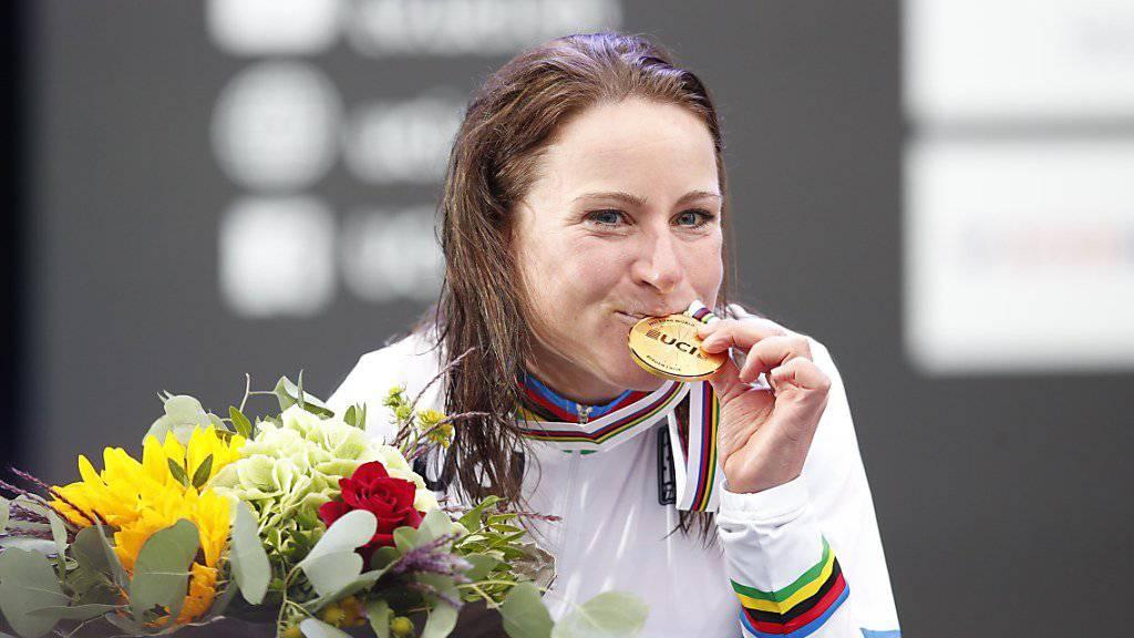 Annemiek van Vleuten freut sich über den Gewinn der Goldmedaille im WM-Zeitfahren der Frauen in Bergen