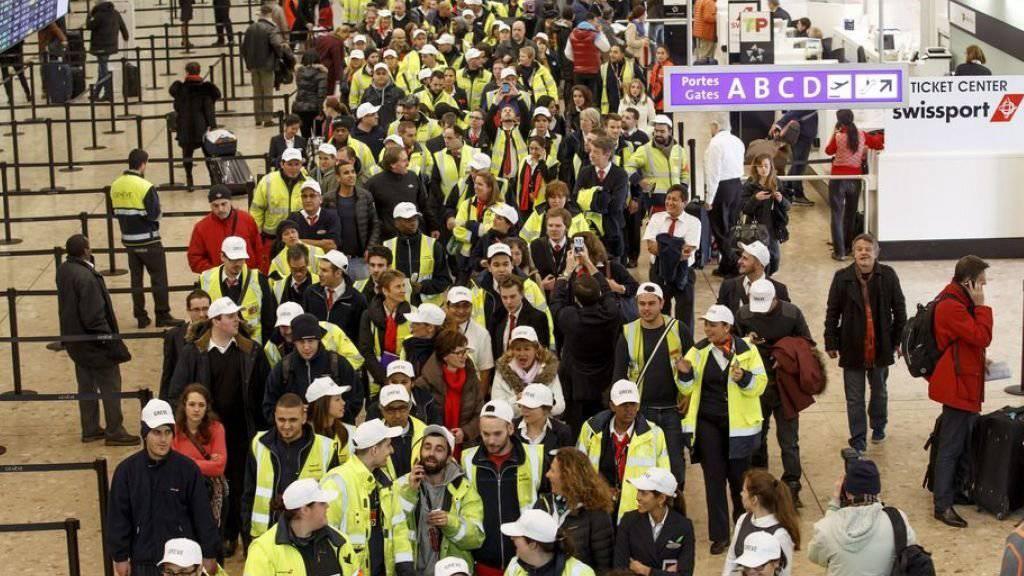 Solche Bilder sollen laut den Gewerkschaften vermieden werden, indem bei den Konzessionen die Situation der Arbeitnehmenden stärker gewichtet wird: Swissport-Angestellte protestieren gegen Sparmassnahmen. (Archiv)