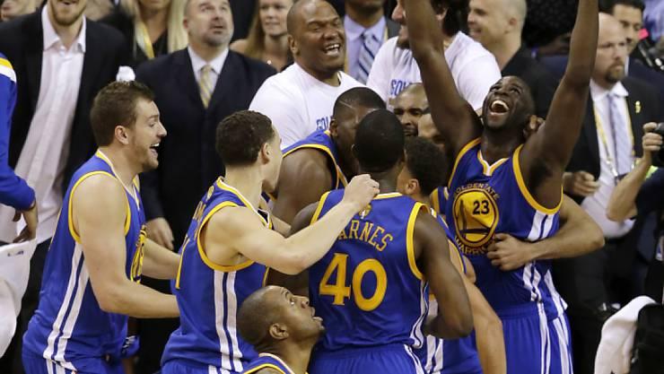 Es ist geschafft: Die Spieler der Golden State Warriors jubeln über den NBA-Titel