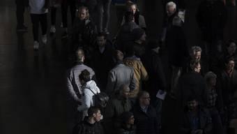 Passanten im HB Zürich: Wer Sans-Papiers ist, versucht, möglichst nicht aufzufallen in der Masse.
