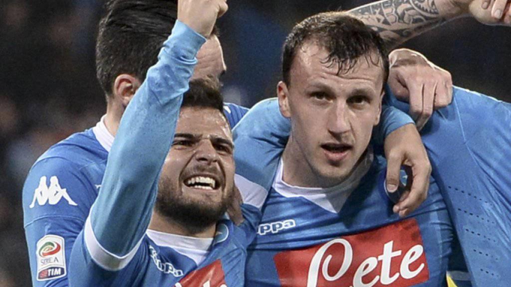 Napolis Vlad Chiriches (rechts) jubelt mit Lorenzo Insigne über sein Tor zum 2:1
