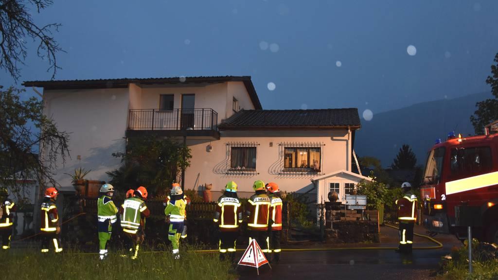 Blitz schlägt in Kamin ein – zwei Personen verletzt