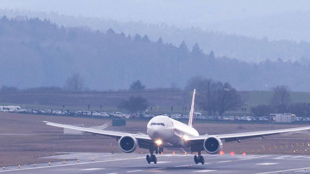 Ein Flugzeug landet beim Flughafen Zürich. 2015 konnte der Flughafen Zürich die Erträge aus dem Fluggeschäft um 3,9 Prozent steigern. (Archiv)