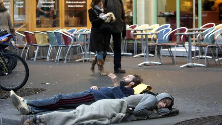 Zwei Obdachlose mitten in Paris. (Archivbild)