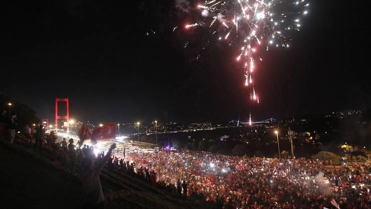 Tausende Türken ziehen am Donnerstagabend über eine Bosporusbrücke in Istanbul. (2)