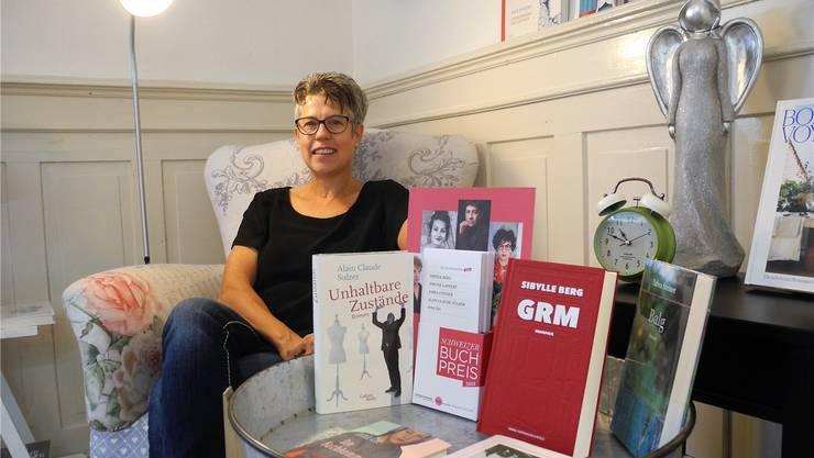 Corinne Frischknecht, Inhaberin der Wohnbuchhandlung Scriptum in Dietikon, in einem der vier Zimmer von Scriptum.
