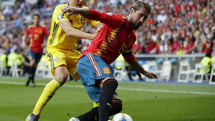 Spaniens Penaltytorschütze Sergio Ramos (rechts) im Duell mit Ludwig Augustinsson