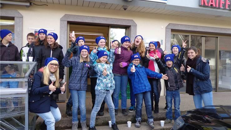 Die jungen Menschen in Neuendorf beschenkten die Kundinnen und Kunden des Dorfladens mit Punsch – und hatten Spass an der Aktion.